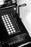 Máquina sumadora de la vendimia y papel de libro mayor (blanco y negro) Imagenes de archivo