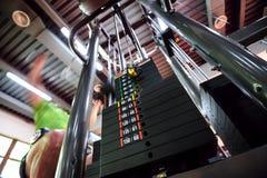 Máquina superior do gym da tração Fotografia de Stock Royalty Free