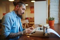Máquina tatuada de Using Vintage Typing del escritor para la inspiración Fotografía de archivo