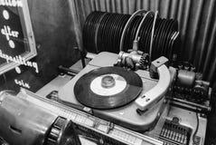 Máquina tocadiscos fotografía-vieja del vintage blanco y negro Imágenes de archivo libres de regalías