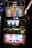 Máquina tragaperras - casino - juegos del efectivo - dólares imagen de archivo libre de regalías