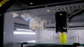 Máquina tridimensional automática de la impresora 3D que trabaja en la exposición de la tecnología almacen de video