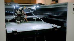 Máquina tridimensional automática de la impresora 3D que trabaja en la exposición de la tecnología almacen de metraje de vídeo