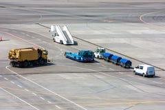 Máquina universal da limpeza do aeródromo, reboque do pushback, etapas veículo do embarque do passageiro, trator com carros da ba Foto de Stock