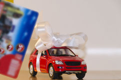Máquina vermelha em um cartão branco da fita e do disconto fotografia de stock royalty free