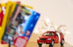 Máquina vermelha em uma fita branca e em cartões do disconto fotografia de stock