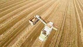 Máquinas agrícolas en los campos El trabajo de la tecnología en los campos metrajes