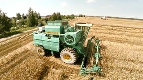 Máquinas agrícolas en los campos El trabajo de la tecnología en los campos almacen de video