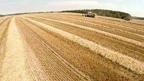 Máquinas agrícolas en los campos El trabajo de la tecnología en los campos almacen de metraje de vídeo