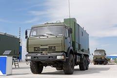 Máquinas, coches y los tanques militares en la exposición Imagenes de archivo