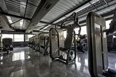Máquinas da aptidão no clube do gym Imagem de Stock