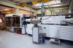 Máquinas da modelação por injecção em uma grande fábrica foto de stock royalty free