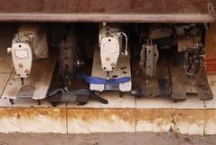 Máquinas de coser en un taller Foto de archivo libre de regalías