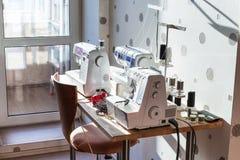 Máquinas de costura e serger na tabela foto de stock