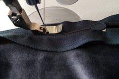 Máquinas de costura, pé do presser no zíper e zíper Foto de Stock