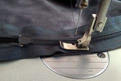 Máquinas de costura, pé do presser no zíper e zíper fotografia de stock royalty free