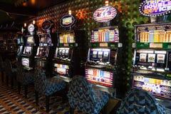 Máquinas de entalhe no quarto do jogo na costela Luminosa do forro Foto de Stock