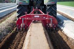 Máquinas de la agricultura en campo del espárrago Imágenes de archivo libres de regalías