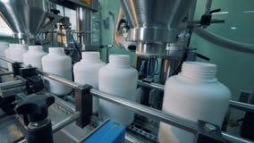 Máquinas de la fábrica que llenan las botellas plásticas, proceso automático almacen de metraje de vídeo