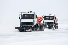 Máquinas de la nieve en el aeropuerto Imagenes de archivo