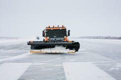Máquinas de la nieve en la pista Fotografía de archivo