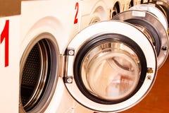 Máquinas de lavar em uma lavanderia fotografia de stock