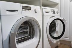 Máquinas de lavar, secador e o outro equipamento do dispositivo doméstico na casa fotografia de stock royalty free