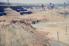 Máquinas de trabalho no núcleo para a extração do minério do manganês imagem de stock royalty free