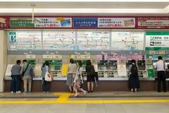 Máquinas de venda automática do trem do JÚNIOR na estação de Shinjuku, Tóquio Imagens de Stock