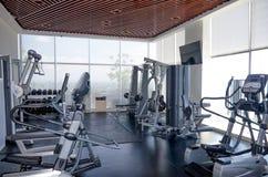 Máquinas del deporte del ejercicio en el gimnasio foto de archivo libre de regalías