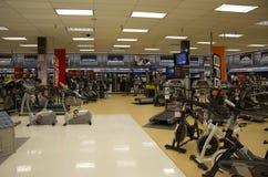 Máquinas del ejercicio en tienda Fotografía de archivo libre de regalías