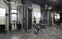 Máquinas del ejercicio en un gimnasio Fotos de archivo libres de regalías