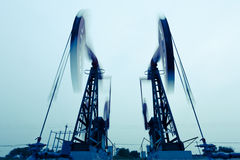 Máquinas do petróleo de bombeamento fotos de stock