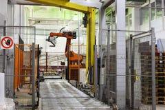 Máquinas e transporte para frascos de leite de empacotamento Imagem de Stock Royalty Free