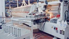 Máquinas em uma instalação de manufatura da mobília vídeos de arquivo