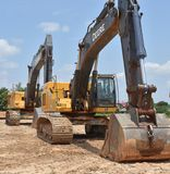 Máquinas escavadoras alinhadas em seguido Imagem de Stock Royalty Free