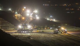 máquinas escavadoras da Cubeta-roda na noite no hambac do extração de carvão do aberto-molde Fotografia de Stock Royalty Free