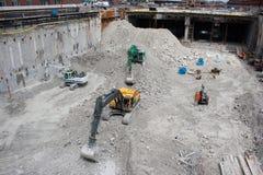 Máquinas escavadoras durante a construção imagem de stock