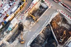 Máquinas escavadoras e caminhões de caminhão basculante que trabalham na construção Hon Kong Foto de Stock Royalty Free