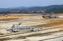 Máquinas escavadoras gigantes que escavam na mina de carvão Kostolac do poço aberto Imagem de Stock