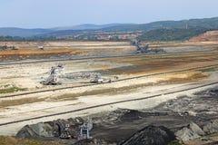 Máquinas escavadoras que escavam a mina de carvão do poço aberto de carvão imagens de stock royalty free