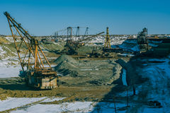 Máquinas gigantes na pedreira - máquina escavadora de passeio das máquinas escavadoras e de roda de cubeta Fotografia de Stock