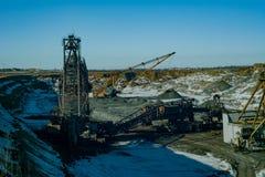 Máquinas gigantes na pedreira - máquina escavadora de passeio das máquinas escavadoras e de roda de cubeta Fotos de Stock