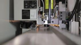 Máquinas industriais modernas da fábrica O trabalho dos mecanismos técnicos de uma máquina moderna, a roda de engrenagem move-se vídeos de arquivo