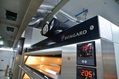 Máquinas industriales en la panadería fotos de archivo