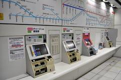 Máquinas japonesas do bilhete do estação de caminhos-de-ferro foto de stock