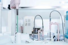 Máquinas médicas limpas novas que estão no apoio especial Imagens de Stock