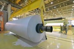 Máquinas para a produção dos rolos de papel para o processin mais adicional imagem de stock