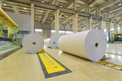 Máquinas para a produção dos rolos de papel para o processin mais adicional fotos de stock