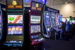 Máquinas tragaperras del juego en un casino Imagen de archivo libre de regalías
